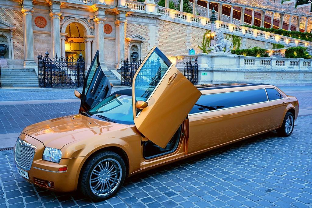 Chryler 300 c arany színű limuzin bérlés